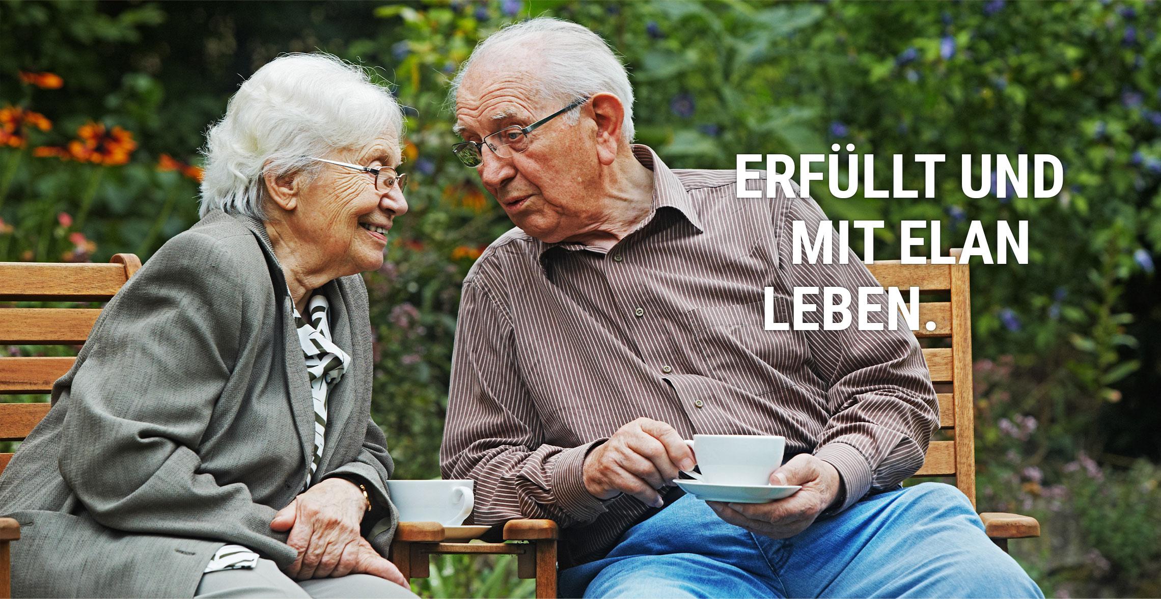 Senioren auf Parkbank mit Kaffee