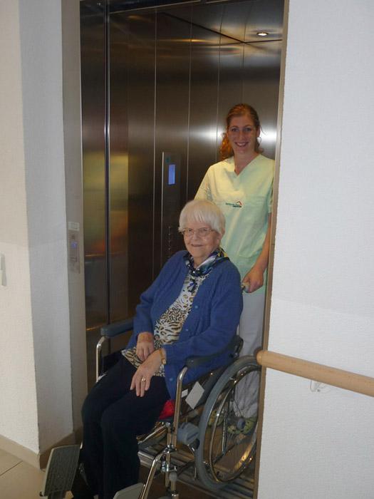 Seniorin im Fahrstuhl, Seniorenhaus