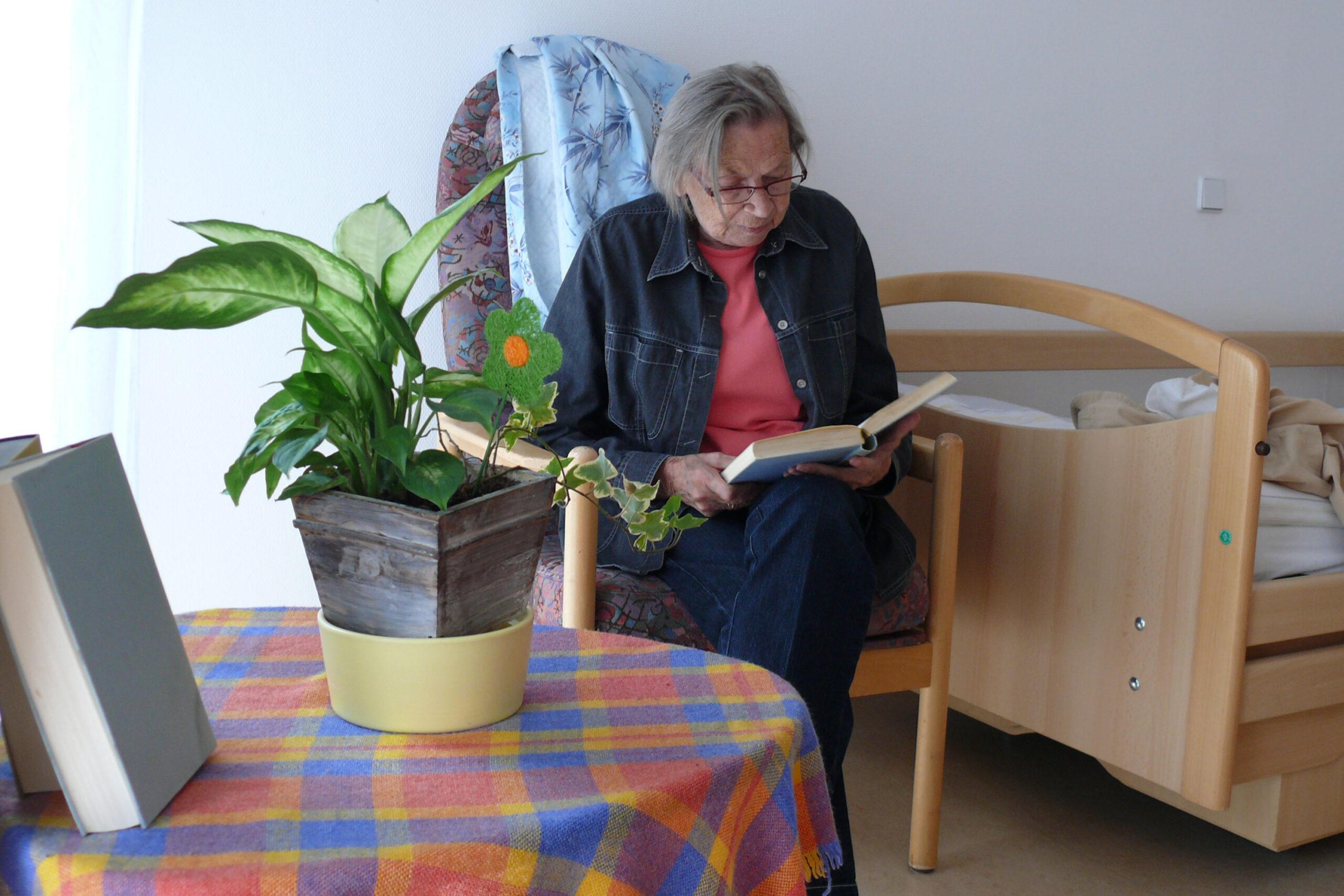 Senorin am Lesen im Zimmer