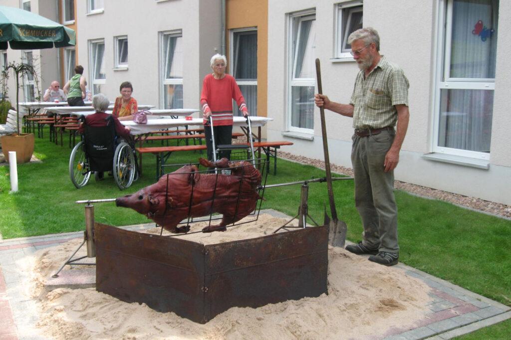 Spanferkel grillen im Seniorenhaus Odenwald